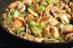 Fetával töltött csirkemell bacon-be göngyölve Meat Recipes, Healthy Dinner Recipes, Chicken Recipes, Cooking Recipes, Dishes Recipes, Good Food, Yummy Food, Hungarian Recipes, Health Eating
