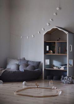 Just nu har Hollie två rum, ett rum där hon bara sover som ligger på övervåningen och sen där här rummet som ligger mellan kök och vardagsrum. De har förvandlats till ett lekrum och kommer nog få…