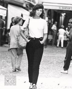 Christy Turlington wearing a white tee and black trousers with a black beret // Parisian style