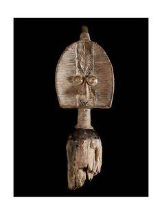 Les Kota ou Bakota (pluriel , ainsi que les Mahongwé vivent à l'est du Gabon, et sont réputés pour leurs reliquaires. Initialement, les Kota avaient pour habitude de laisser leurs morts