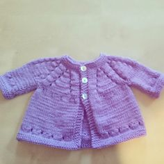 Ravelry: Project Gallery for Marianna's Lazy Daisy Top-Down with sleeves pattern by marianna mel Baby Cardigan Knitting Pattern Free, Baby Sweater Patterns, Knitted Baby Cardigan, Knit Baby Sweaters, Knitted Baby Clothes, Cardigan Pattern, Baby Patterns, Baby Knits, Cardigan Bebe