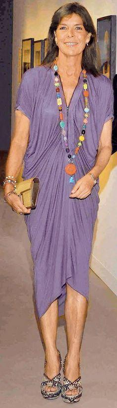 Estampado de flores en este clásico vestido de seda que coordina con el collar de piedras de colores.