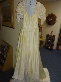 Vintage Wedding Dress Ivory  Size 3/4 Unique Daisy Design
