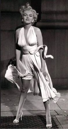 Marilyn Monroe on the set of 'The Seven Year itch' 1954 Marylin Monroe, Joven Marilyn Monroe, Marilyn Monroe Photos, Hollywood Glamour, Vintage Hollywood, Classic Hollywood, Photos Rares, Cinema Tv, Norma Jeane