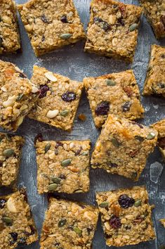 Vegan fruit and nut flapjacks - easy vegan oaty flapjacks (oat cookie bars) filled with dried fruits, nuts and seeds. Perfect for snacking, lunchboxes and hiking! camping party food, non perishable camping food, camping appetizers Vegan Protein Bars, Healthy Vegan Snacks, Vegan Food, Vegan Sweets, Healthy Oat Bars, Vegan Fruit Cake, Raw Vegan, Baking Recipes, Snack Recipes