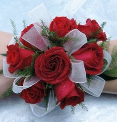 Sweetheart rose corsage with ribbon Homecoming Flowers, Homecoming Corsage, Prom Flowers, All Flowers, White Corsage, Flower Corsage, Wrist Corsage Wedding, Flower Bouquet Wedding, Prom Themes