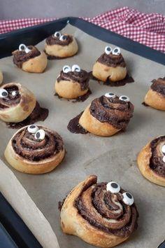 Heute zeige ich dir eine coole Idee, wie du in paar Minuten und mit nur 3 Zutaten, lustige Nutella Hefeschnecken mit Zuckeraugen backen kannst.   #Nutella #Hefeschnecken #NutellaHefeschnecken #Schokoschnecken Candy Party, Easy Peasy, Doughnut, Cheesecake, Muffin, Brunch, Party Ideas, Breakfast, Desserts