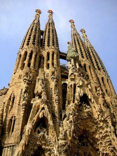 Gaudi – Sagrada Familia: Ik vind het een hele apart fantasie voorstelling die bestaat uit veel verschillende vormen. Het gebouw is ook vrij druk maar heeft wel weinig kleur.