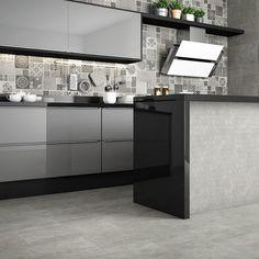 Esta cozinha com tons de cinza, foge do convencional com o Ladrilho Cimento no painel da pia e com o mosaico hexagonal na bancada. O mais bacana é que o mosaico é composto pelo mesmo porcelanato que está no chão e na parede, o Element Concreto. #elianerevestimentos #porcelanato #ladrilhohidraulico #concreto #cinza #cozinha #kitchen #hexagonal