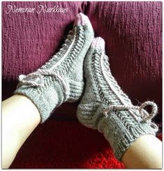 Nemiran Nurkkaus: taas yhdet tennarisukat, pienellä twistillä :) Knitting Socks, Crochet, Fashion, Tricot, Paper Pieced Patterns, Stockings, Knit Socks, Moda, Fashion Styles