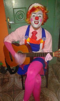 Palhaço popozudo: Popozudo tocando violão