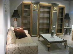 Librería de alta decoración, pan de oro y tela de seda en trasera.   Luxury library with golden decoration and silk.