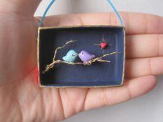 """nicolenicoletta: «Deux oiseaux d'amour sur un diorama miniature Arbre Branch- Assemblage Art Box 3-D mettant en vedette les oiseaux peints à la main, paysage, fil branche d'arbre"""""""