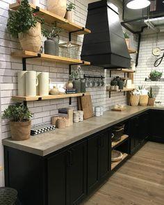 Cozinha com armários preto, bancada de cimento queimado e azulejos branco. Fonte: @littlevintagenest #cozinha #kitchen #black #cimentoqueimado #diyhome #diyhomebr #decoração #interiordesign