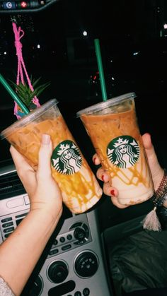 Venti Iced Caramel Macchiato w/ extra caramel drizzle VSCO- samijreid Starbucks Secret Menu Drinks, Starbucks Recipes, Aesthetic Coffee, Aesthetic Food, Pink Aesthetic, Bebidas Do Starbucks, Yummy Drinks, Yummy Food, Healthy Food