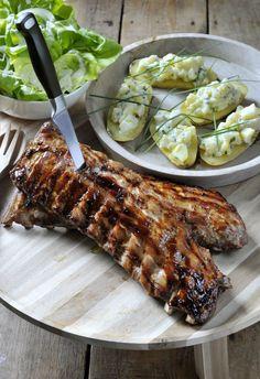 Gelakte ribbetjes op de bbq met een frisse aardappelsalade http://www.njam.tv/recepten/gelakte-ribbetjes-op-de-bbq-met-een-frisse-aardappelsalade
