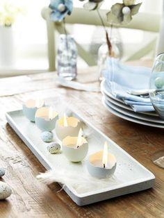 Wenn wir Osterdeko basteln, dürfen wir den Gemütlichkeitsfaktor nicht außer Acht lassen. Die selbstgemachten Kerzen in Eierschalen sehen ungewöhnlich aus, tauchen das Zimmer in warmes Licht und sind der Hingucker auf der Ostertafel.