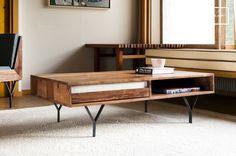 Durch die feinen Metallfüße und den weißen Marmor als Kontrast zu dem dunklen Holz weist der Couchtisch Mabillon ein einzigartiges Design auf.Das Möbelstück aus Massivholz weist eine große Robustheit auf und überdauert somit problemlos viele Jahrzehnte.