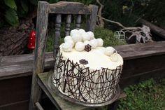 Raffaello Cake - like a fairytale come true with lots of chocolate, shredded coconut and, of course, those loveley Raffaello treats. Coconut Truffles, Cake Truffles, Truffle Cake, Chocolate Decorations, Chocolate Cream, Shredded Coconut, Cake Batter, Coconut Cream, Treats