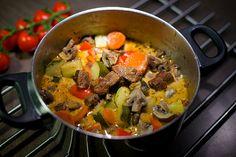 Köttgryta med grönsaker och rödvin