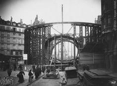 traversée de la Seine au Châtelet. Station Place Saint-Michel. Montage du caisson elliptique à la fin de la station.Photographie de Charles Maindron, 5 mars 1907, Paris. © BHdV / Roger-Viollet