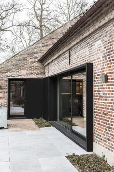 Red Brick Houses With Black Trim , häuser des roten backsteins mit schwarzer ordnung Red Brick Houses With Black Trim , Architecture Details, Interior Architecture, Farmhouse Remodel, House Extensions, Facade House, Patio Doors, Exterior Design, Black Exterior, Facade Design