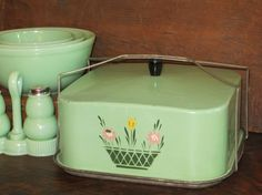 Green Cake Carrier Saver & Server by SarahsVintageShop Vintage Cake Plates, Vintage Tins, Vintage Dishes, Vintage Metal, Retro Vintage, Vintage Kitchenware, Vintage Kitchen Decor, Vintage Decor, Kitchen Items