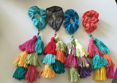 Colitas de pelo de Artesanato tejidos Fabric Jewelry, Hair Jewelry, Diy Headband, Headbands, Diy Hair Scrunchies, Coles, Ribbon Hair Clips, Sock Dolls, Diy Tassel