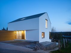 Baumann, bild_raum Exterior of Rex's Home Contemporary Architecture, Architecture Design, Haus Am Hang, Fachada Colonial, White Exterior Houses, Small Modern Home, Small Buildings, House Floor Plans, Detached House