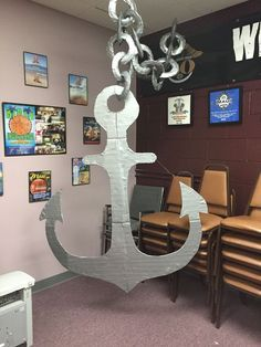 Anchor-Under the Sea: Projected anchor and cut from large piece of cardboard. Wrapped it with duct tape. Made chain from paper plates (cut the middle) and wrapped in duct tape. Or make chain with modelling balloons. Deco Pirate, Pirate Theme, Under The Sea Theme, Under The Sea Party, Under The Sea Crafts, Submerged Vbs, Bateau Pirate, Vbs 2016, Vbs Crafts