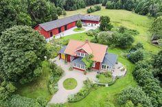 Vacker och smakfullt renoverad gård i Torphyttan med fantastiskt läge! Huset är renoverat tidstroget (1890-tal) med byggnadsvårdstekniker. Det är tillbyggt och har två vackra glasverandor. Bibliotek med platsbyggda bokhyllor och Bergslagskamin. Plat... Bed And Breakfast, Swedish Cottage, Sweden House, Red Houses, House Extensions, Scandinavian Home, Cottage Homes, Beautiful Buildings, House In The Woods