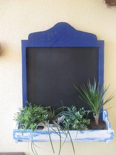 Bonita pizarra dotada de jardinera para colocar plantas. Original detalle que da un aire distinto a tus mensajes visítanos en pizarradetiza blog