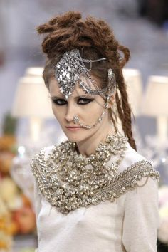 Love the HAIR and Head piece! Karl Lagerfeld Hosts India-Inspired Couture Show for Chanel Fashion House Chanel Fashion, Fashion Beauty, Chanel Style, Fashion Edgy, Vogue Fashion, Fashion Spring, Fashion Details, Karl Lagerfeld, Bombay