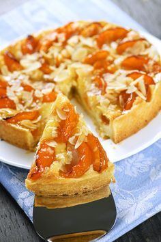 Kynutý meruňkový koláč s drobenkou a  mandlemi