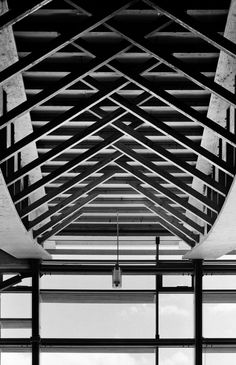 First prize of Wood construction in the BBC label gymnasium of Saint-Martin-en-Haut offers a quality of use that improves significantly the city of tomorrow. The gymnasium of Saint-Martin (. Wood Architecture, Contemporary Architecture, Architecture Details, Wood Truss, Wood Wood, Ceiling Treatments, Wood Structure, Wood Construction, Ceiling Design