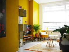Wat heb ik veel verzoekjes gekregen om binnen te kijken bij een kleurrijk huis. Eindelijk is het zover: een huis met gele en blauwe muren, een roze bank, een groene keuken en héél veel accessoires met kleur. Ga je mee naar Anke en Thomas?