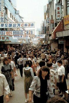 남대문시장 [南大門市場,Namdaemun Market] Seoul, Korea, 1980's Photographer Unidentified Photos Du, Old Photos, Time In Korea, Countries Of Asia, South Korean Women, Bg Design, Asian Street Style, Story Of The World, Asian History