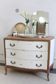 White and wood painted furniture. Painted Bedroom Furniture, Refurbished Furniture, Repurposed Furniture, Furniture Makeover, Home Furniture, Furniture Design, Furniture Market, Furniture Restoration, Furniture Inspiration