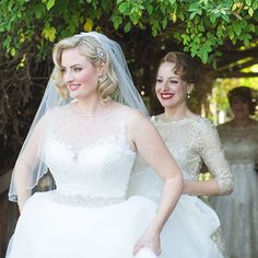 Old-Hollywood curls are oh-so-glamorous on brides with a lob (long bob) cut.