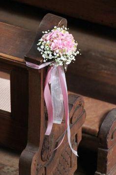 Schöne Kirchendeko für die Hochzeit in Rosa & Weiß mit Hortensien und Schleierkraut. © Sonja Schulz #hochzeitsdeko #kirchendeko #rosa