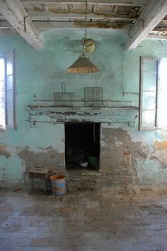 this is a good example of what i mean when i say i like dirty, distressed, well lit home stylings.  Décor de Provence