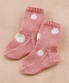 sweet baby socks...free pattern.... love these....