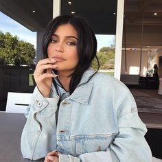 Kylie Jenner quebrou a internet no último fim de semana ao anunciar o nascimento da sua primeira filha! Depois de 9 meses mantendo a gravidez em sigilo e afastada das redes sociais a caçula do clã Kardashian-Jenner enfim quebrou o silêncio com uma mensagem nas suas redes sociais seguida de um vídeo de 11 minutos que revela todos os detalhes do período - e ainda dá uma dica do possível nome do bebê. Quer saber todos os detalhes? Acesse revistalofficiel.com.br (link direto na bio) #kardashian…