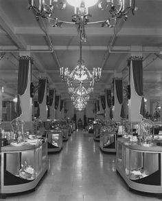 I flipped when I came across these old photos of Bullocks Department stores. In 1935 Tony Duquette was hired by Bu. Vintage Pictures, Old Pictures, Hotel Boutique, Vintage Interiors, Deco Interiors, Store Interiors, Design Interiors, Store Displays, Window Displays