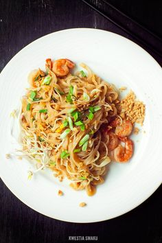 Pad Thai: Fried rice noodles with egg, prawns (or chicken or tofu) and mung bean sprouts. Thai Recipes, Asian Recipes, Cooking Recipes, Healthy Recipes, Asian Foods, Noodle Recipes, Healthy Food, Yummy Noodles, Rice Noodles