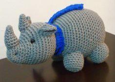 Rinoceronte con Bufanda Amigurumi - Patrón Gratis en Español aquí: http://novedadesjenpoali.blogspot.de/2014/12/patron-rinoceronte-con-bufanda.html