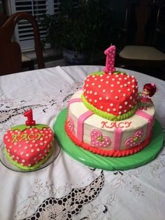 Strawberry Shortcake Two round layers with heart shaped pan on top. Iced with buttercream with fondant accents. Strawberry Shortcake Theme Cake, Strawberry Birthday Cake, Strawberry Cakes, Strawberry Baby, Baby Girl Birthday Decorations, 4th Birthday Cakes, Baby Birthday, Birthday Ideas, Cake Shapes