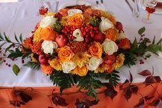 Осенняя свадьба. Композиция на стол жениха и невесты. Яблоки, розы, рябина, гребешки, хризантемы, папоротник, рускус