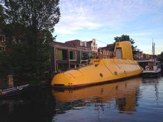 Wake up to ducks floating past your bedroom window, then hop on the metro to work! Here are 10 houseboat communities that are in or near cities. #houseboat #houseboat #yellowsubmarine