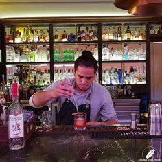 Coronando un fantástico cóctel el gran bartender Orlando Salas .    #CopasConEstilo #Bartender #Cocktail #Coctelería #Cóctel #Cócteles #Madrid #CóctelesEnMadrid Bar, Madrid, Style
